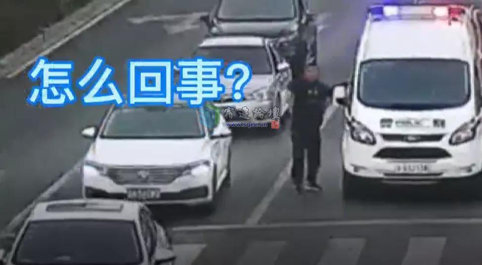 什么情况!宿迁一男子冲上马路拦下警车…